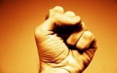 Простой трюк с кулаками поможет улучшить вашу память