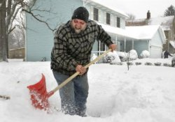 Зима, метель и лопата для уборки снега – «триада», ведущая к инфаркту
