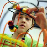 Родители самостоятельно могут заметить первые признаки аутизма у ребенка