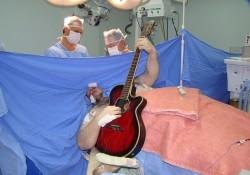 Во время нейрохирургической операции пациент «развлекал» врачей игрой на гитаре