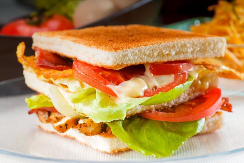 Один сэндвич на завтрак может на пол дня усложнить работу сосудов