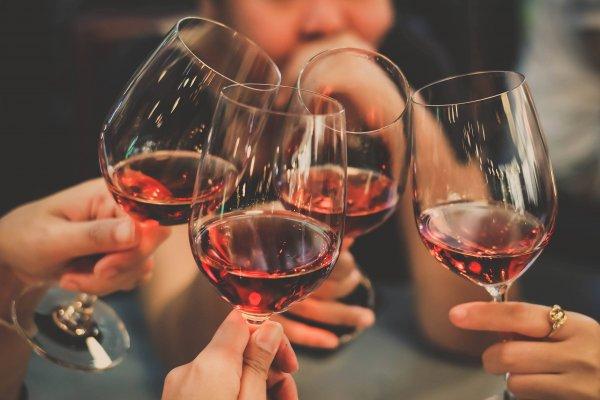Ученые назвали количество вина, полезное для сердца