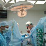 Известный хирург обучил кузбасских коллег технике проведения операций на детском сердце