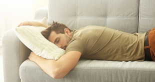 Мужчинам, которые любят поспать дольше остальных, грозит инсульт