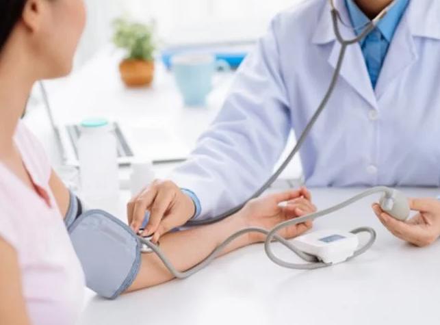 Сила рукопожатия может рассказать о риске инфаркта