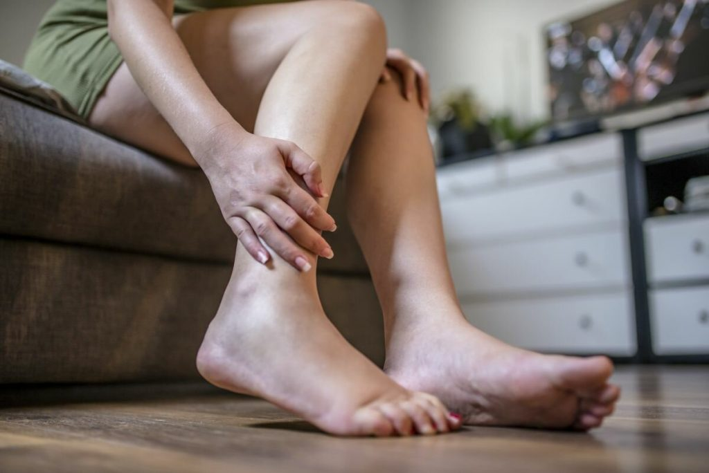 Как справиться с отеками ног в жару?